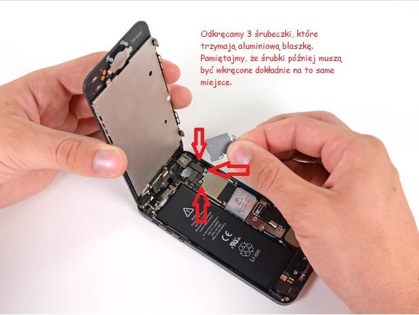 Odkręcanie aluminiowej blaszki/ fot. ifixit.com