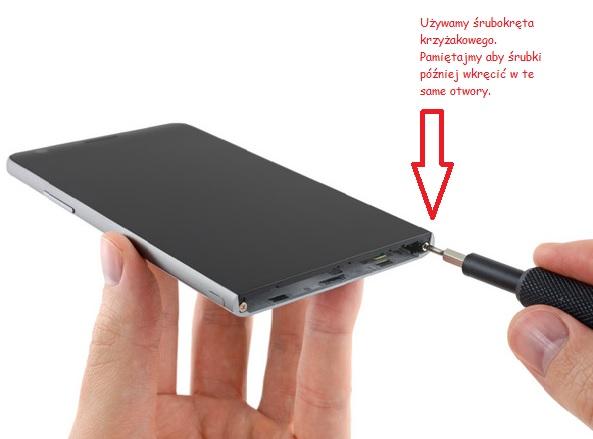 Wykręcanie śrubek trzymający moduł LCD od tylnej pokrywy / fot.iFixit.com