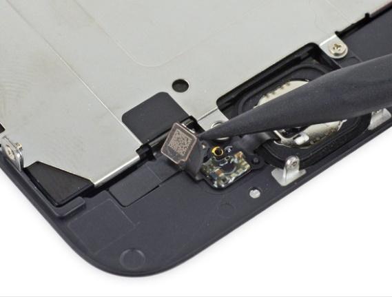 Odczepianie konektora przycisku TouchID / fot.ifixit.com