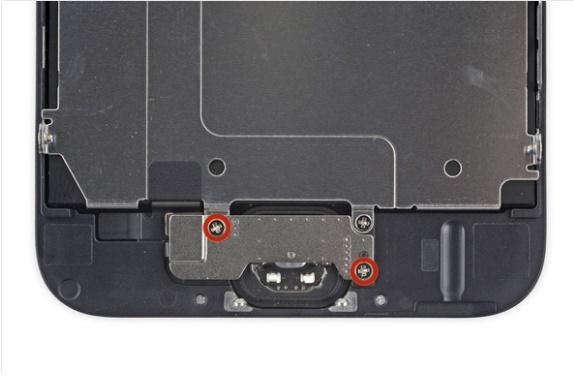 Odkręcamy śrubki od blaszki chroniącej TouchID / fot.ifixit.com