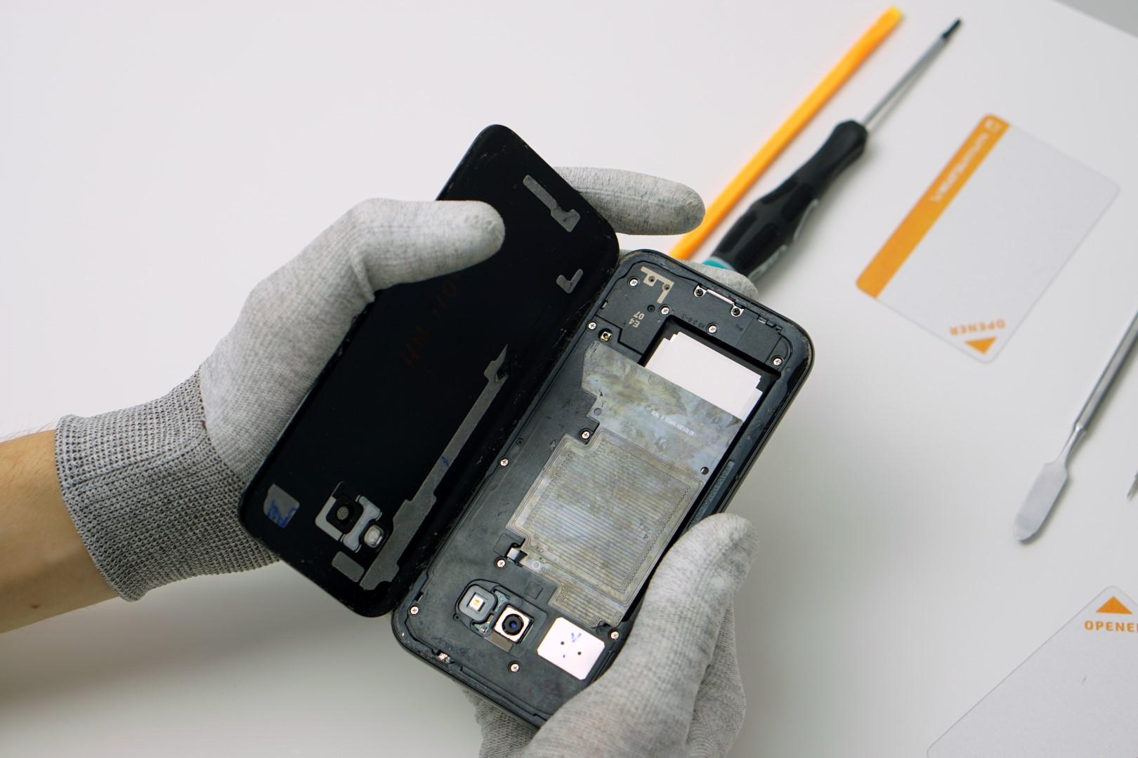 63b3a17d9be Demontaż tylnej pokrywy Samsunga Galaxy A5 2017 / fot.NaprawTelefon.pl